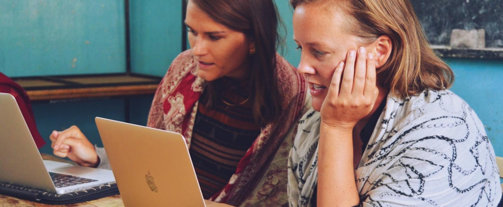 オンライン上でお申込み書を記入する参加希望者たち